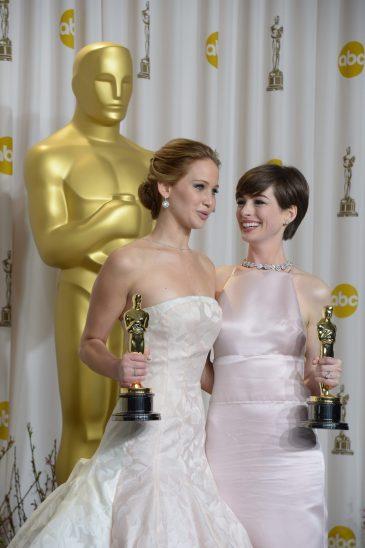 Jennifer Lawrence, Anne Hathaway | © Joe Klamar / Getty Images