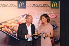Belen Rodriguez assaggia la novità di McDonald's