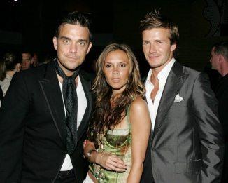 Robbie Williams, Victoria e David Beckham nel 2005 | © Frazer Harrison / Getty Images