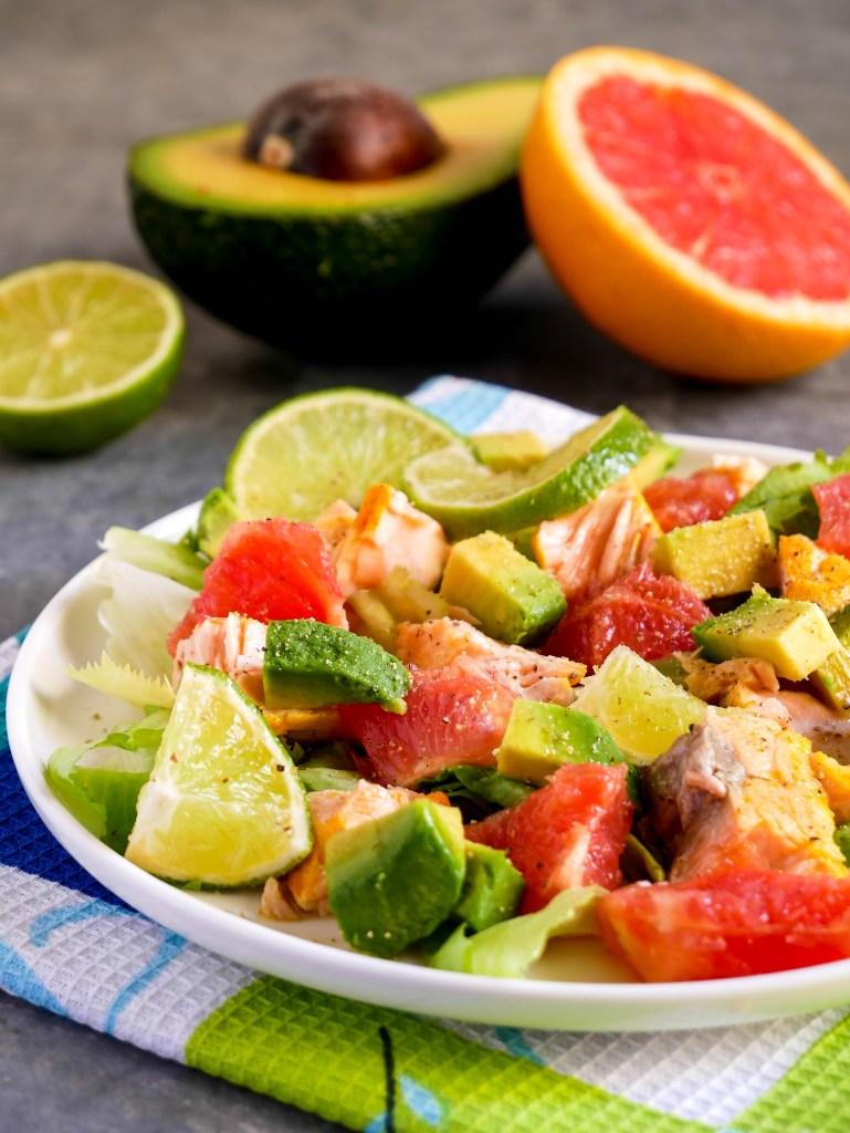 Insalata di salmone con pompelmo rosa e avocado
