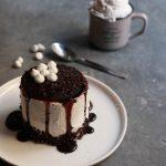 Torta alla vaniglia con panna allo sciroppo d'acero e cannella