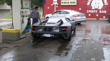 2017-ford-gt-shows-up-at-gas-station-prototypes-engine-looks-gorgeous_1
