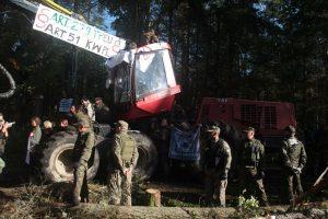 Polska skogsbevakningstjänsten Straż Leśna visar muskler i Bialowiezaskogen.