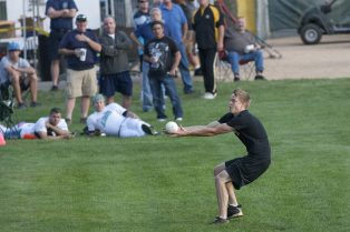 Traffic's left fielder lunges to make a catch in foul territory. (David Pierini/staff photographer)