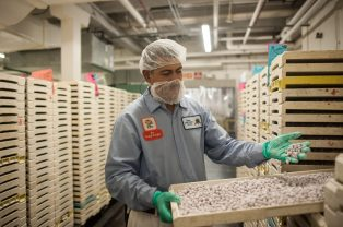 Noe Avila inspects candy at the factory. | William Camargo/Staff Photographer