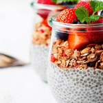 Vasitos de yogur, frutillas y semillas de chía con crujiente de avena. Receta saludable para perder peso