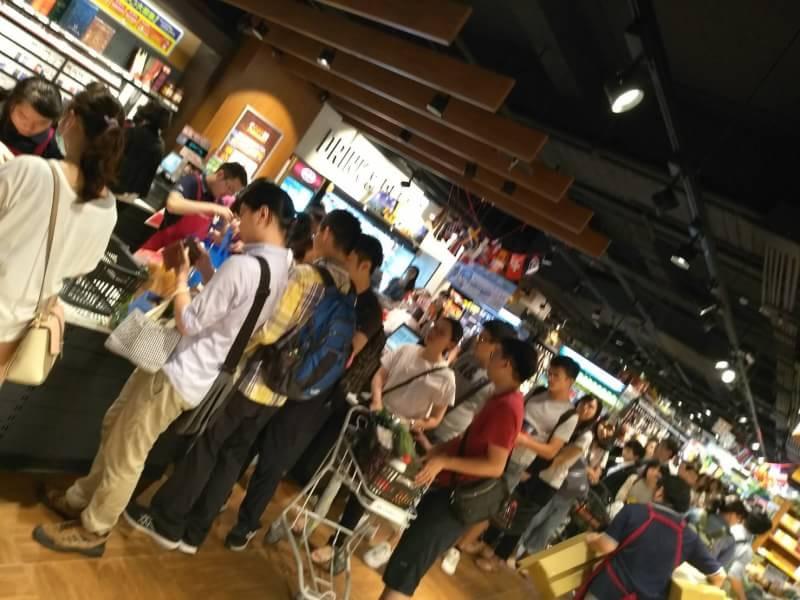 《鳥語百說》華山超市的防颱人潮