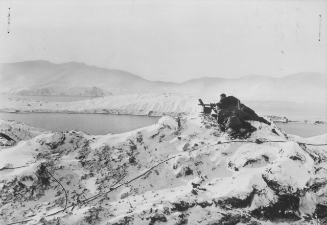 Us troops manning a Browning 1919A4 in Alaska