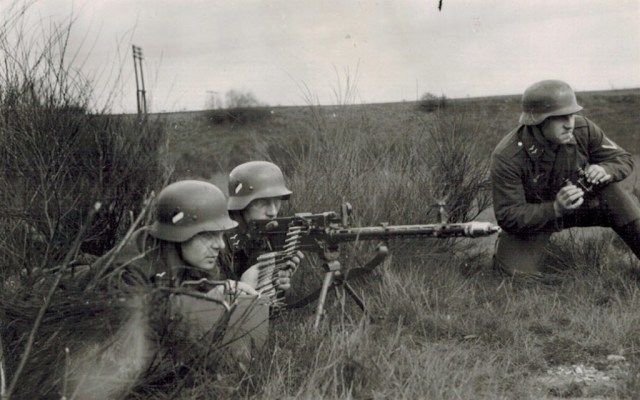 German soldiers training with a Czech CZ30(t) machine gun