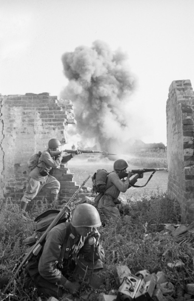 Russian troops with SVT-40 rifles
