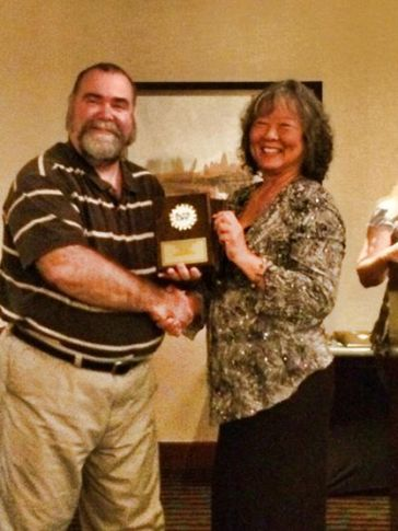 International Betta Congress President Gerald Griffin presents Waimea resident Liz Hahn an award for fourth place overall in the 2013-2014 IBC Conference held in Santa Clara, Calif., June 26 to 29.
