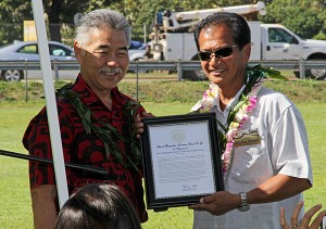 Gov. David Ige, left and KPCC President Lesther Calipjo