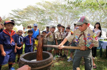 Boy scouts lending a hand in the 2016 pilgrimage. Photo by Mike Teruya