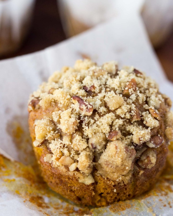 Pumpkin Spice Muffins with Pecan Crumble | Fork in the Kitchen