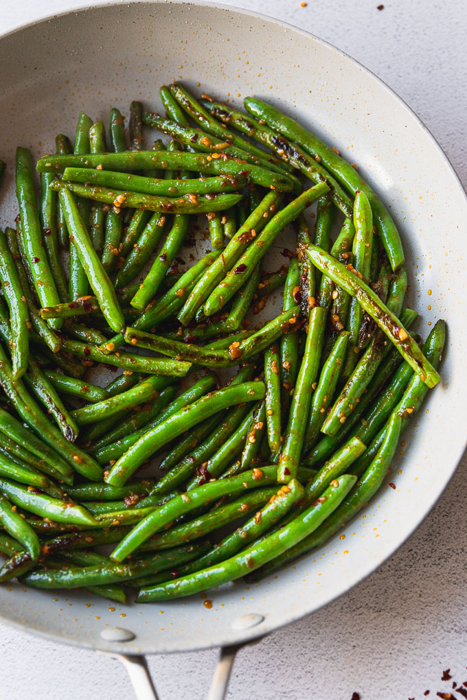 green beans in skillet with garlic and ginger