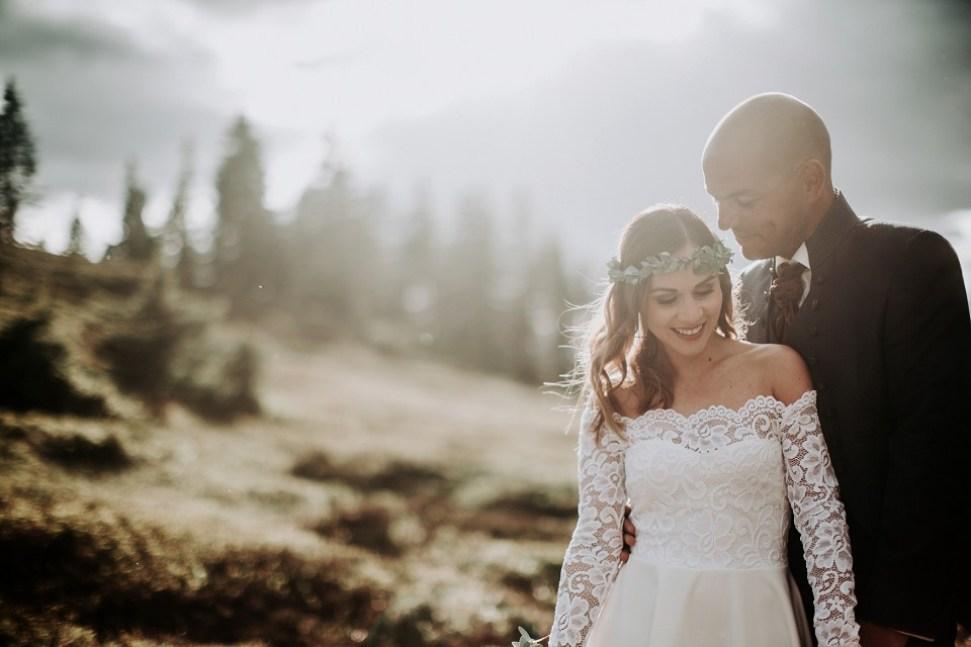 Hochzeiten zu Corona Zeiten, Brautpaar, Blumenkranz, Berge, Sonnenuntergang