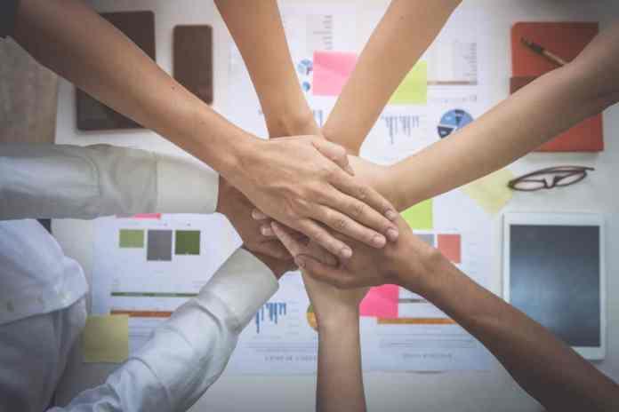 mani che si uniscono in un accordo