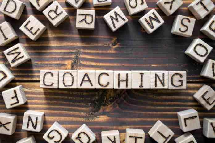 cubetti di legno che formano la scritta coaching