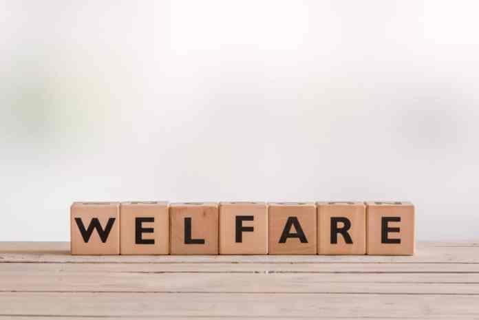 cubetti di legno con lettere che compongono la parola welfare