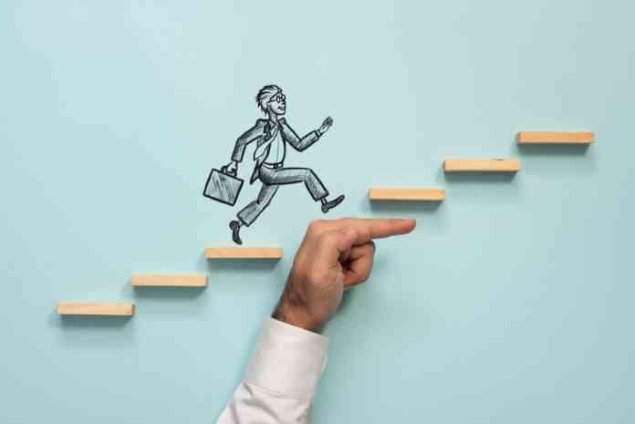 Omino disegnato che con aiuto riesce a raggiungere la cima della scala