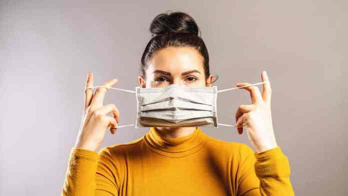 donna indossa una mascherina chirurgica