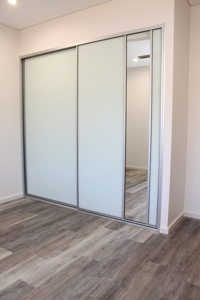 Bedroom Sliding Doors with white glass and mirror dress insert panel
