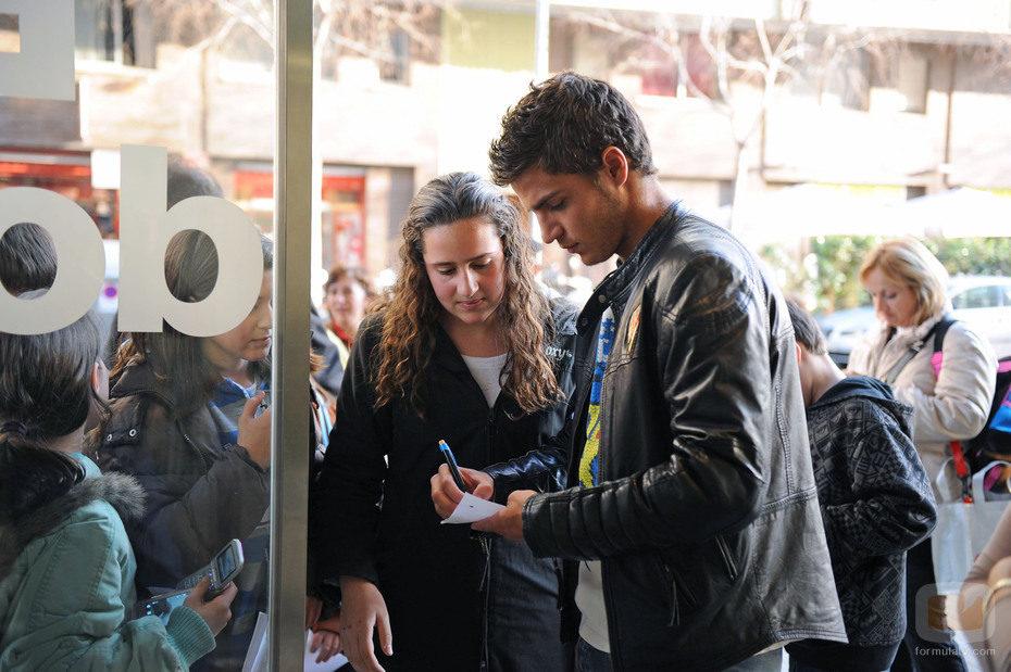 Maxi Iglesias con sus fans