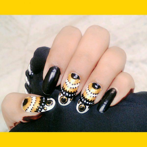 Nail art tribale sul nero