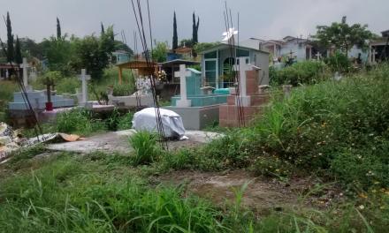 Limpian cementerios previo al Día del Padre
