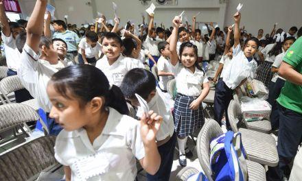 """Con """"Apadríname"""", DIF Tuxpan  benefició a 2 mil 360 alumnos en 4 años"""