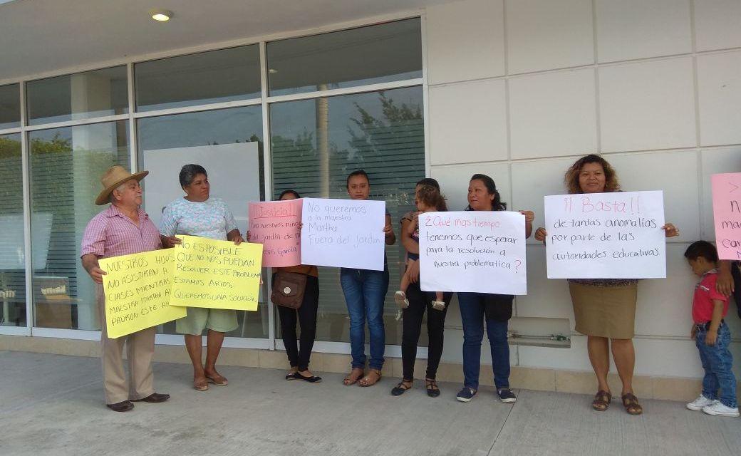 Se manifiestan en la SEV en Tuxpan; padres piden la destitución definitiva de directora