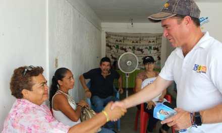 Comprometido Arturo Esquitín con colonos de Tuxpan