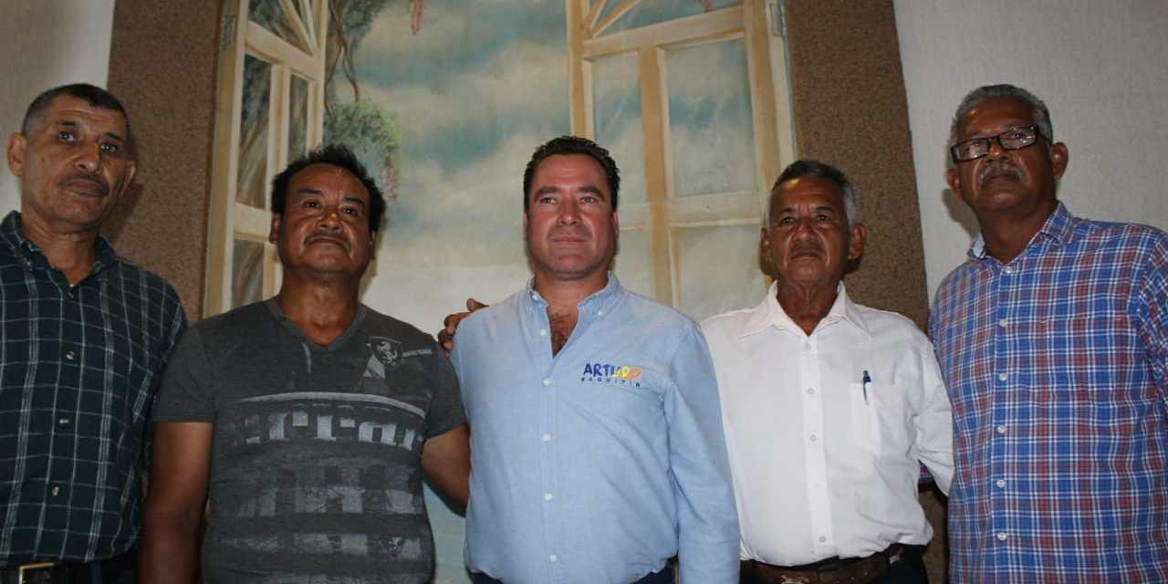 Comprometido Arturo Esquitín con los pescadores