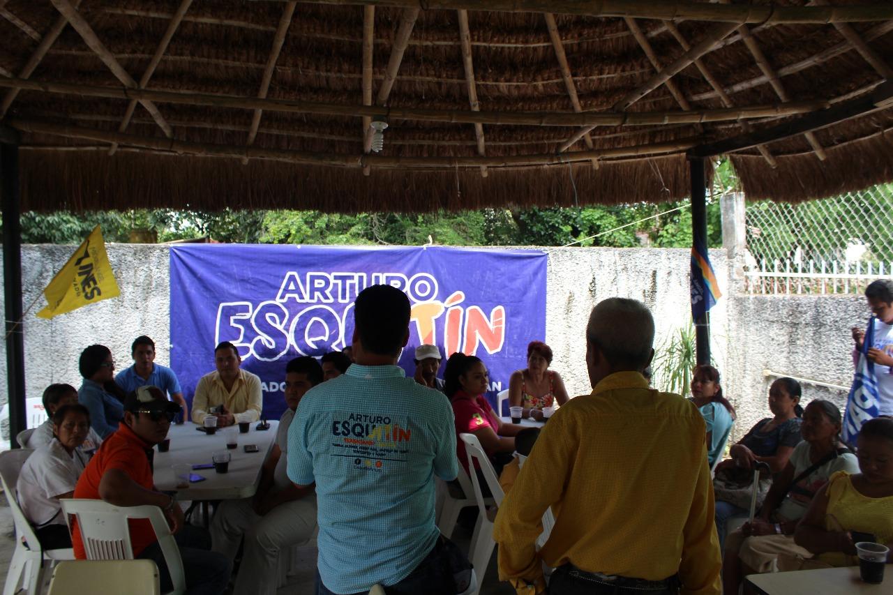 Escucha Arturo Esquitín problemáticas de empleo y campo en Cerro Azul