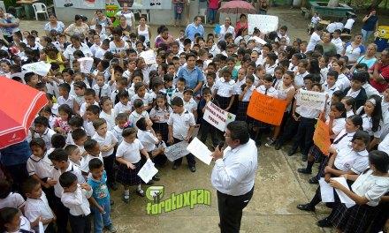 Toño Aguilar entrega útiles escolares y constancia de posesión