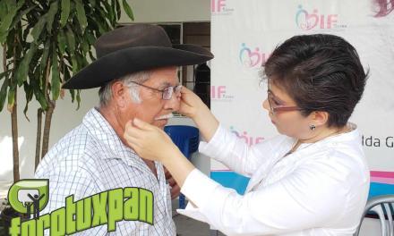 Presidenta de DIF Tuxpan Hace Entrega de Lentes en Campaña Visual