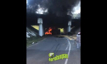 Vuelca y se incendia camión de volteo en Cañada Rica