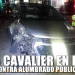 Choca Cavalier contra alumbrado público