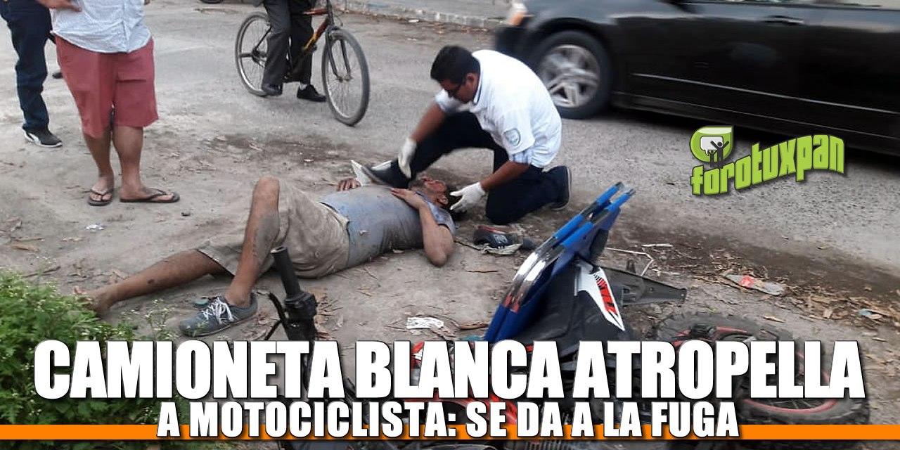 Camioneta blanca atropella a motociclista: Se da a la fuga