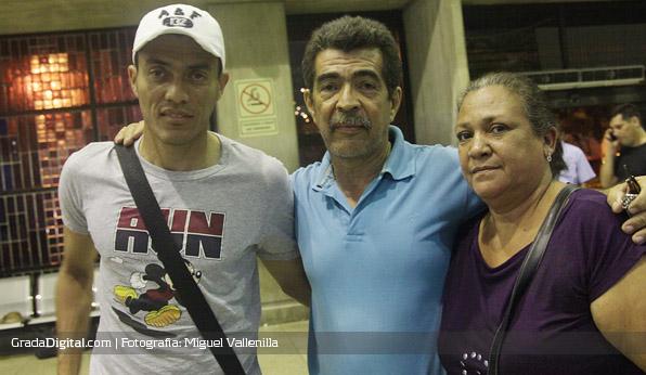 Juan Arango con sus padres