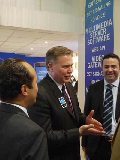 Вице-президент компании Dialogic Кэвин Кук интересуется устройством новейшей разработки Форте-АйТи IVVR (IntelleScript IVVR Video)