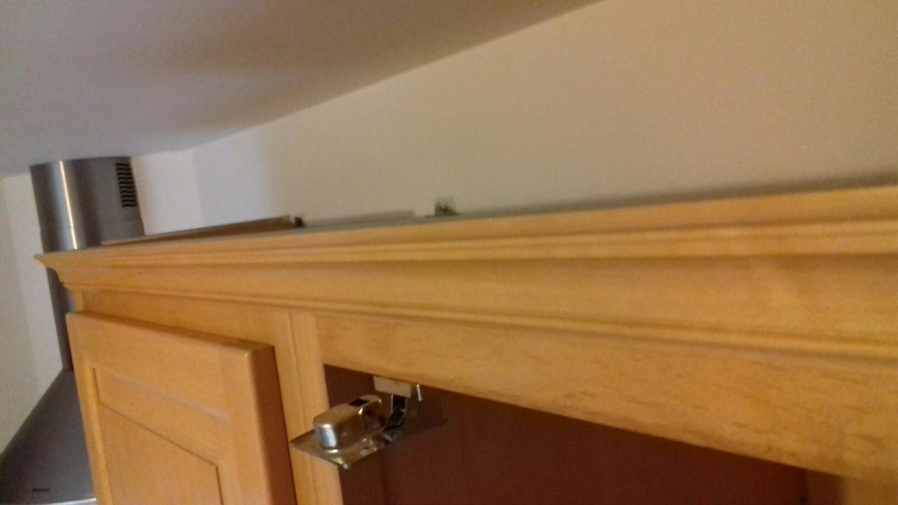 corniche collee sur meubles cuisine