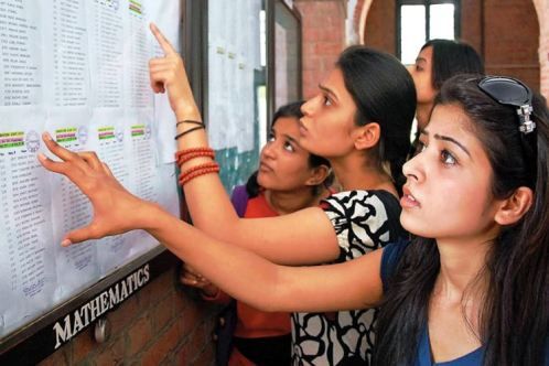 Students looked the first Cut off list at St. Stephens collage in New Delhi on tuesday.amar ujala photo by vivek nigam15/06/10