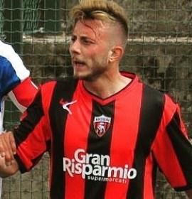 La Vigor Lamezia ha ufficializzato l'ingaggio del centrocampista, classe '93, Sante Giacinti. Ex Nocerina, ha indossato la maglia rossonera nella stagione 2017/2018 collezionando 26 presenze ed 1 gol.