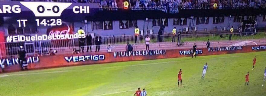 """¡Golazo del 13 a Mega!: logró instalar publicidad de """"Vértigo"""" en estadio de Argentina"""