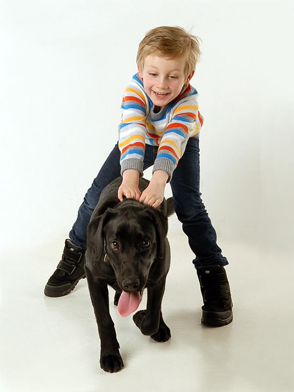 Junge-Hund
