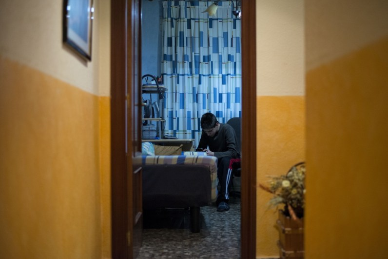 Vicent and his parents are awaiting eviction. Vicent's parents Pedro and Carmen are both unemployed after the factories they worked for unexpectedly closed down. Like many people they have boxed up all of their possessions, as their eviction is imminent.