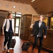 Mainoskuvaus hotelli vastaanotto mies ja nainen