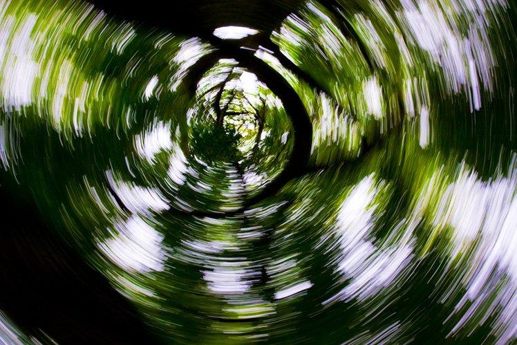 使用慢快門時轉動你的相機,可以拍出有趣的效果。 (Photo by {link:https://www.flickr.com/photos/44534236@N00/7140769315}Paul Tomlin{/link}