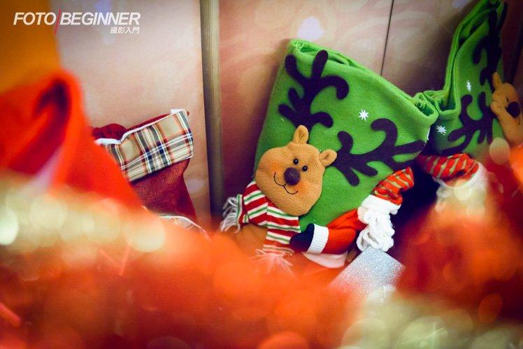 當聖誕屋開燈時記得把握時間拍攝四周的有趣裝飾。利用前景來令主角更突出吧!